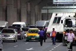 ตู้คอนเทนเนอร์หล่นทับแท็กซี่ คนขับรอด