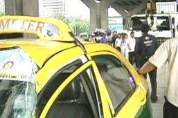 ตู้คอนเทนเนอร์หล่นทับแท็กซี่คนขับรอดหวิด