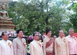 นายกฯไทย-ลาวร่วมตักบาตรมิตรภาพ 2แผ่นดินออกพรรษา