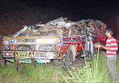 รถนักเรียนปากีสถานคว่ำยับเยิน ดับ 35 ศพ