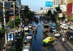 น้ำท่วมถึงเมเจอร์รัชโยธิน รถเล็กเริ่มสัญจรลำบาก