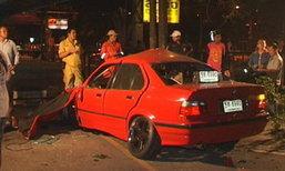 ซิ่ง BMW ชนต้นไม้ทะลุรั้วแบงก์ ตรงข้ามตั้งฮั้วเส็ง