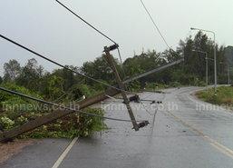 พายุถล่มอ่างทองเสาไฟฟ้าหักเกลื่อนถนน