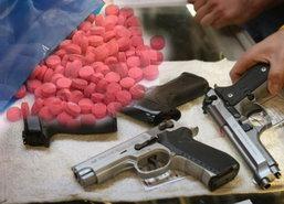 ตร.บางโทรัด รวบหนุ่มซิ่งมีทั้งปืนและยาเสพติด