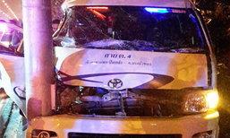 รถตู้เสียหลักชนเสา ถ.บรมราชชนนี คาดโชเฟอร์วูบ