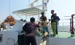 เรือล่มกลางทะเล พ่อเสียสละยอมจมน้ำ ช่วยชีวิตลูกเมีย