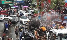 หวิดวุ่น ช้างเล่นสงกรานต์เชียงใหม่ ตกใจจะลงจากรถ