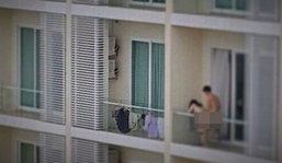 คู่รักสุดฉาว ร่วมเพศบนระเบียงคอนโด ถูกถ่ายภาพประจาน