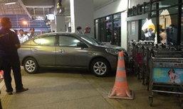 สาวขับเก๋งจะจอดรถ กลับพุ่งใส่อาคารสนามบินภูเก็ต กระจกแตก ชาวจีนรับบาดเจ็บ