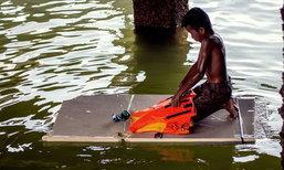ชาวเน็ตเป็นห่วง! แชร์ภาพเด็กน้อยสู้ชีวิต ล่องแพโฟมหาปลา