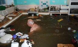 ไม่หวั่น..แม้วันน้ำหลาก คุณปู่โชว์ว่ายน้ำท่วมในห้องครัว