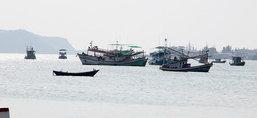 เรือประมงสัตหีบแล่นเข้าฝั่งหลังอุตุฯเตือน