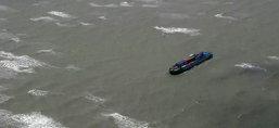 พบเรือสินค้าเกยหาดชุมพรถูกคลื่นซัดเข้าฝั่ง