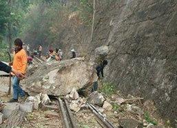 หินภูเขากาญจน์ถล่มทับรางรถไฟหยุดวิ่ง4 ขบวน