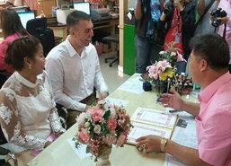 ชลบุรีสาวไทยควงหนุ่มอังกฤษจดทะเบียนคู่แรก