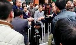 หญิงจีนตั้งครรภ์เป็นลมล้มทรุด คอติดคาช่องรั้วเหล็กดับอนาถ