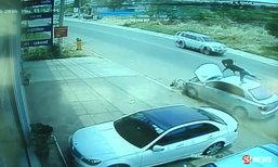 เก๋งซิ่งชนสามล้อ-จักรยานลอยละลิ่ว ดับ 2 ศพ คนขับทิ้งรถหนี (มีคลิป)