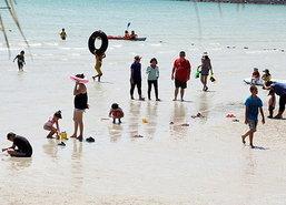 ปชช.คลายร้อนแห่เที่ยวหาดเตยงามสัตหีบ