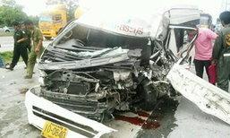รถตู้เสยท้าย 18 ล้อคว่ำ ดับ 1 ศพ เจ็บ 20 คน