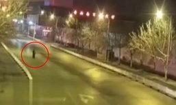คู่รักกอดจูบกันกลางถนน ถูกรถเมาแล้วขับพุ่งชนร่างปลิว ตาย 1 เจ็บ 1