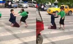 ชายคุกเข่าคว้านท้องกลางถนน ขณะทะเลาะเมียจะหย่า