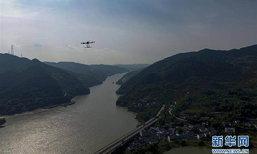 วิศวกรจีนใช้โดรนลากสายไฟฟ้าแรงสูงข้ามแม่น้ำเจียหลิงสำเร็จเป็นครั้งแรก