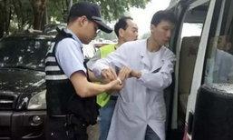 ยกนิ้ว! ตร.จีนช่วยเด็กทารกติดในรถ ดึงเศษกระจกจนมือเละ