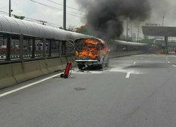 ไฟไหม้รถกระบะด่านเก็บเงินดินแดงไร้เจ็บ