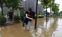 ภาพมุ้งมิ้ง? สาวจีนลงทุนให้หนุ่มขี่หลัง พาข้ามถนนน้ำท่วม