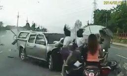คลิปนาทีระทึก! กระบะพุ่งชนรถรอเลี้ยว ทำคนเจ็บ 6 ราย