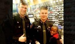 เด็กรองเท้าหาย ชื่นชมคุณตำรวจใจดีพาไปเลือกซื้อคู่ใหม่