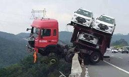 หวาดเสียว! รถบรรทุกจีนพุ่งชนรั้วกั้นข้างถนน  ค้างเติ่งริมเหว