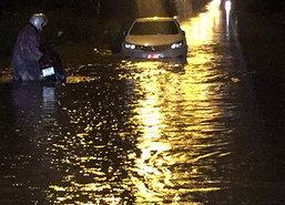 ฝนถล่มชลบุรีน้ำท่วมขังหลายจุดสัญจรลำบาก