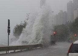 พายุไหหม่าพัดถล่มฮ่องกงทำแผ่นดินถล่ม