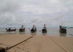 เรือพังงากว่า100ลำหยุดจับปลาทะเลมีคลื่นสูง