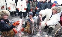 ฮาร์บินจัดเทศกาลตกปลาน้ำแข็ง ทำอาหารจากปลาสดแจกให้ชิม นักท่องเที่ยวแห่ชม