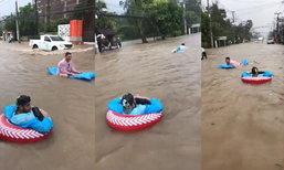 น้ำท่วมเกาะสมุย ฝรั่งเฮฮาเอาแพยางมาเล่นน้ำกลางถนน