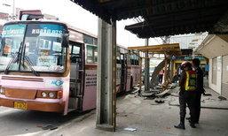 เมล์ 90 เบรกแตก  คนขับกลัวเสยท้ายเก๋งป้ายแดง หักชนเสาไฟฟ้าแทน