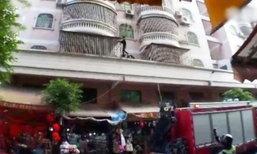 ระทึก! เด็กชายปีนระเบียงลงตึกจากชั้น 4 หลังพ่อไม่ยอมให้ออกจากบ้าน