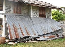 ท้องถิ่นเร่งช่วยชาวสุรินทร์ถูกพายุฤดูร้อนพัดถล่มบ้าน-สวน