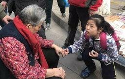 ชื่นชม! เด็กจีนช่วยคนแก่ล้มกลางถนน เช็ดอ้วกให้ไม่รังเกียจ