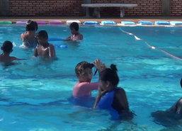 จันทบุรีร้อนผู้ปกครองแห่พาเด็กไปเรียนว่ายน้ำ