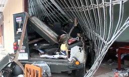 รถจี๊ปเบรคแตกชนท้ายรถตู้ ก่อนพุ่งเข้าบ้านชนหญิงชราเจ็บ
