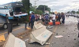 รถทัวร์ขับฝ่าฝน ชนเกาะกลางที่ชัยภูมิ เจ็บ 4