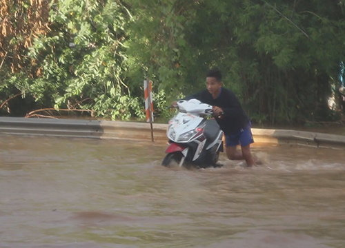ฝนถล่มขอนแก่นทั้งวันท่วมบ้านกว่า200หลัง