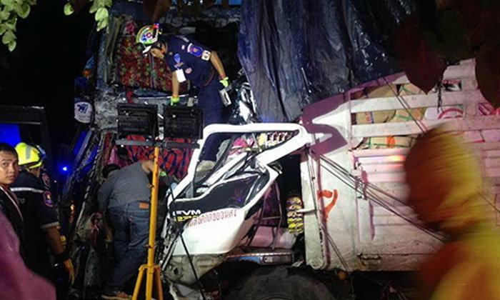 รถทัวร์พุ่งข้ามเกาะกลางชนสิบล้อ ตาย 6 เจ็บ 30