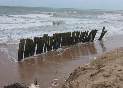 คลื่นลมแรงพัดถล่มชายหาดเขาหลักพังงาเสียหาย