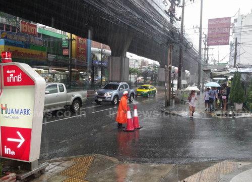 ฝนถล่มกรุงน้ำท่วมขังหลายจุดซ.ลาซาลสูง50ซม.