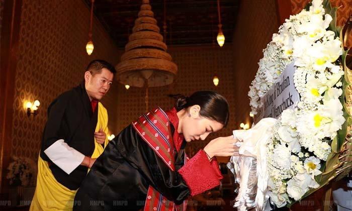 """ภาพชุด """"กษัตริย์จิกมี พระราชินี แห่งภูฏาน"""" ถวายราชสักการะพระบรมศพ"""