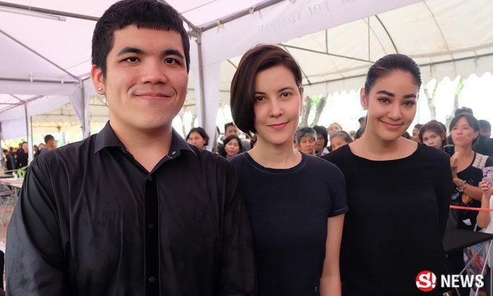 """""""ธัญญ่า"""" นำทีมดาราถวายอาลัยพ่อหลวง แจกน้ำใจให้คนไทย"""